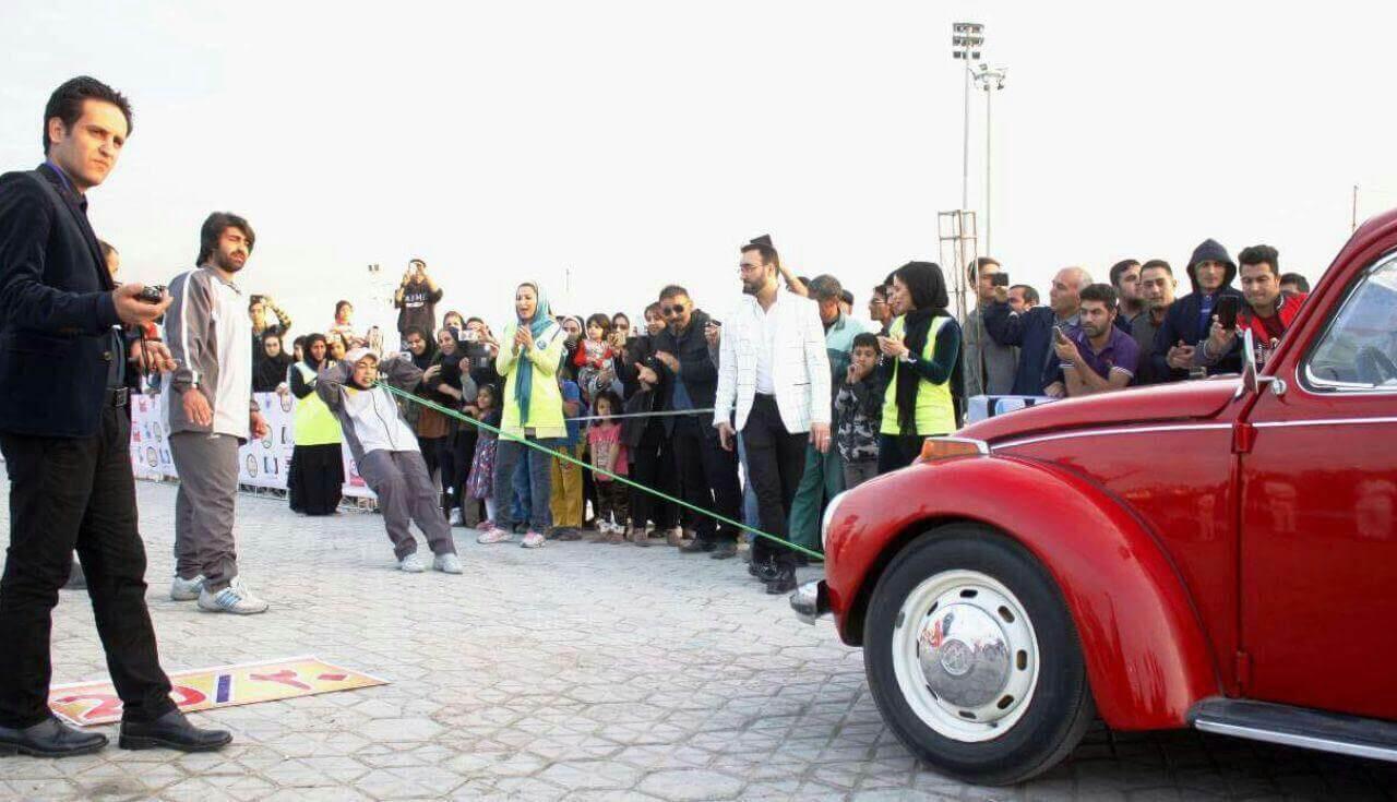 فیلم رکورد فائزه سرلک کشیدن 3 ماشین با دندان