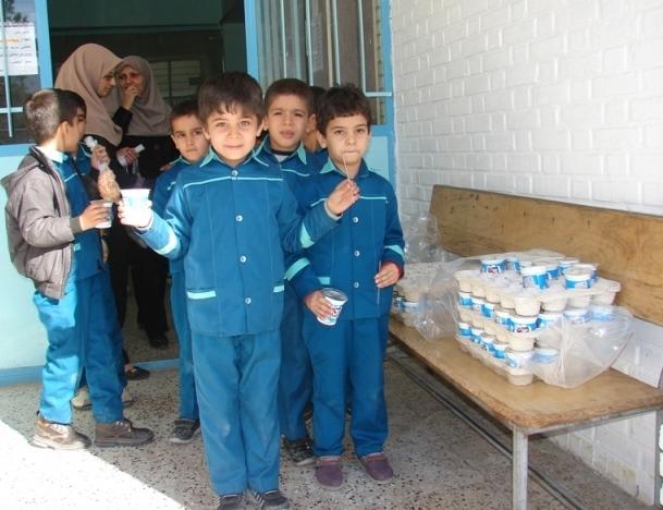 آغاز توزيع شير رايگان در دبستان شهيد آيت دوره اول