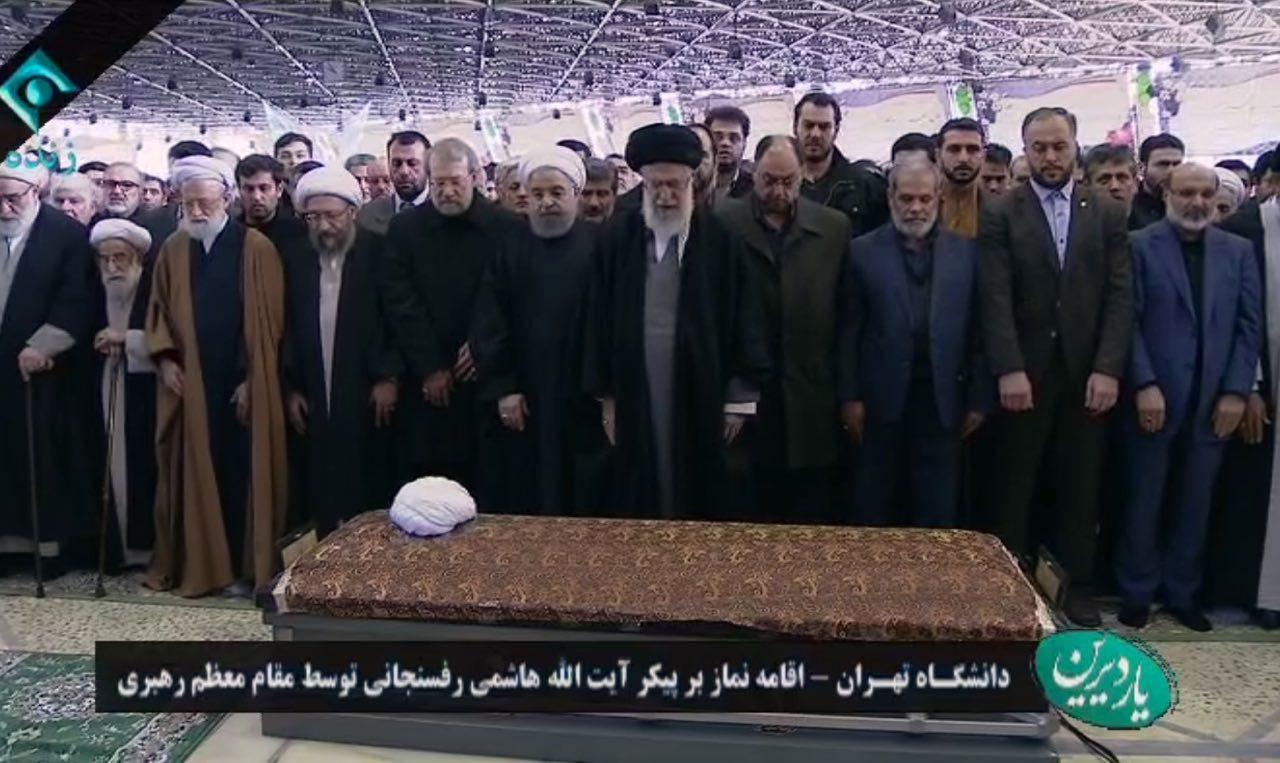 قامه نماز رهبرانقلاب بر پيكر مرحوم آیت الله هاشمی + عکس