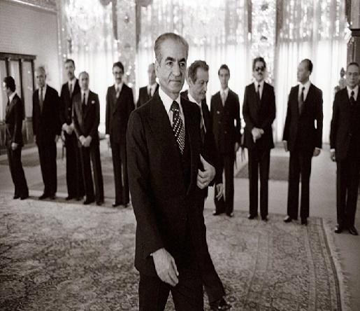 تصاویر کمتر دیده شده از خروج تاریخی شاه از ایران