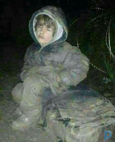 کودکی در مرز سوریه در حالت نشسته یخ زده+ عکس