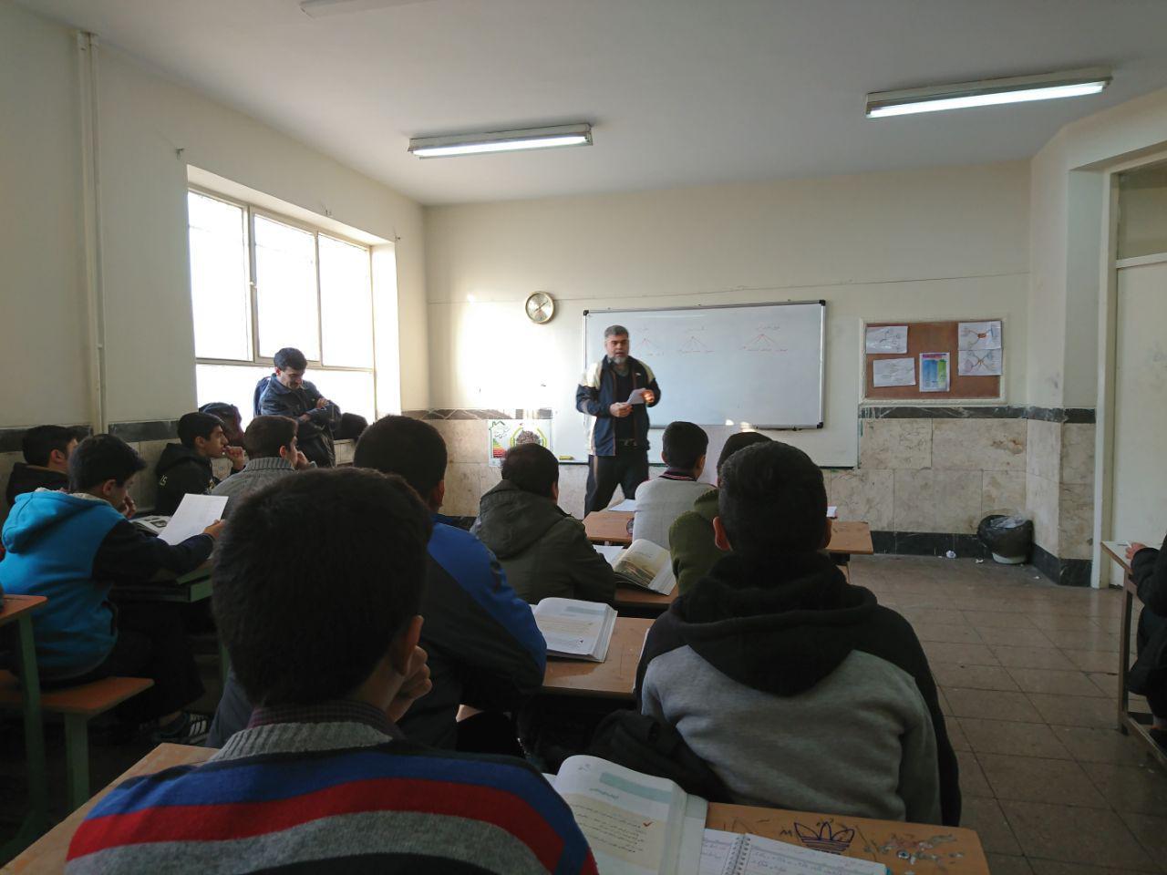 هدایت تحصیلی پایه های نهم توسط آقای رحیمی مشاور تحصیلی دبیرستان انجام شد.
