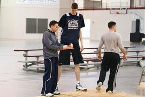 مرد بسکتبالست,قدبلندترین بسکتبالیست مرد جهان,دومین قدبلندترین بازیکن بسکتبال در جهان پسر 16 ساله رومانیایی,عکس قدبلندترین بازیکن بسکتبال دنیا