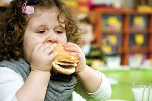 چاقی کودکان,دلایل و راه درمان چاقی در کودکان,اضافه وزن و درمان چاقی کودکان,علل اضافه وزن و چاقی كودكان چيست,راههای پیشگیری از چاقی کودکان