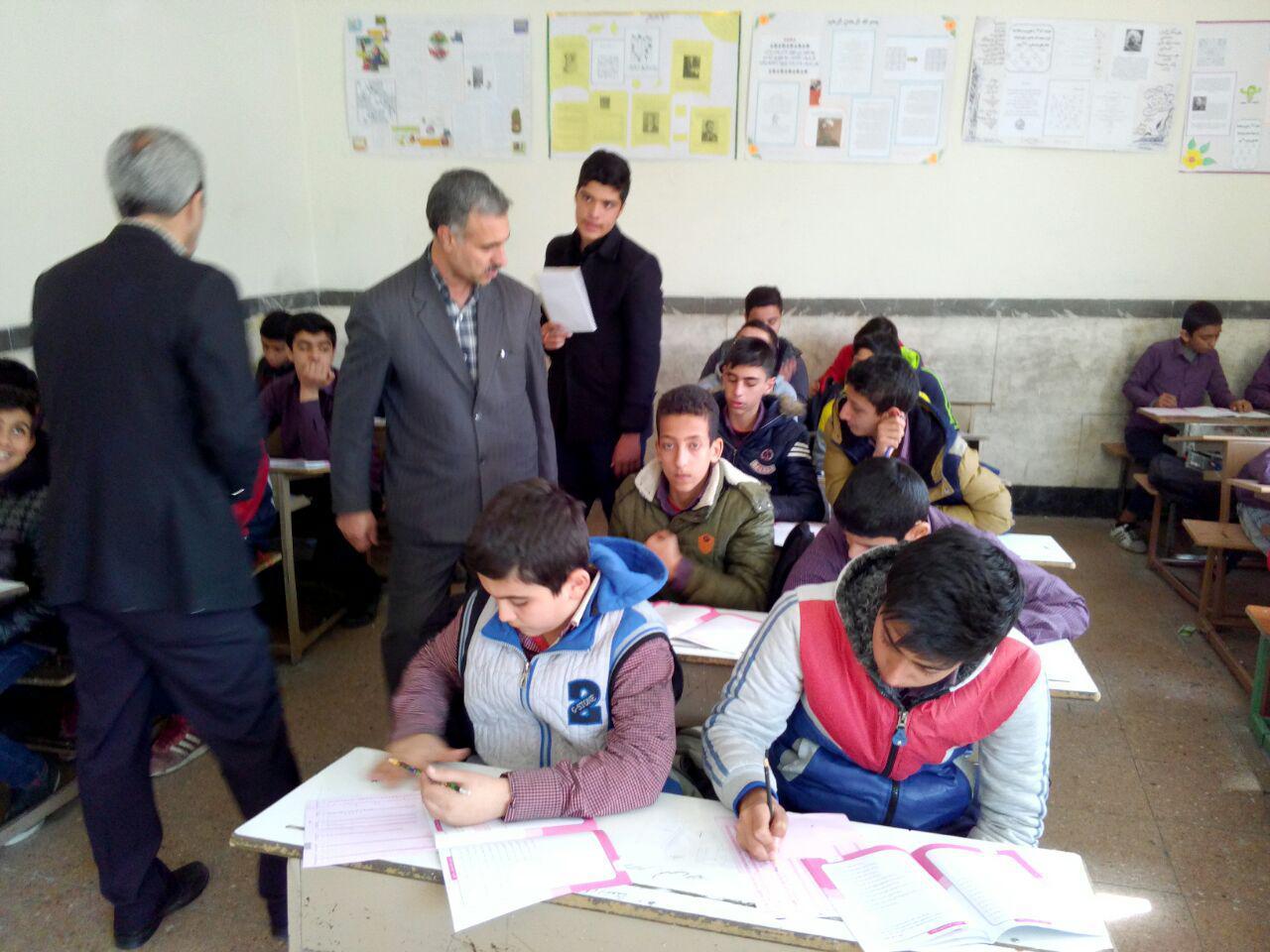کارشناس اداره کل شهر تهران در دبیرستان شهدای صنف گردبافان حضور یافتند.