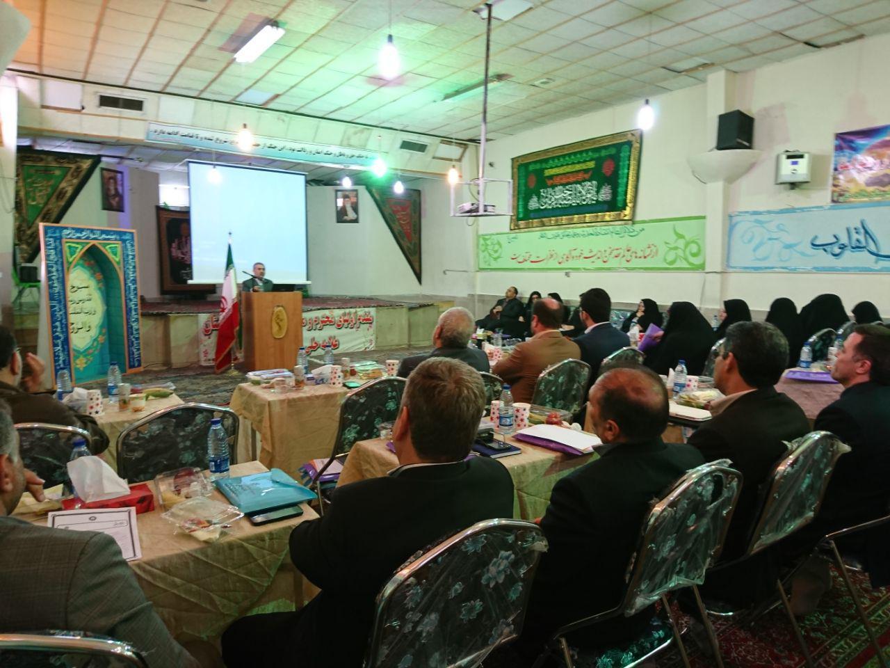 مدیریت دبیرستان شهدای صنف گردبافان درجلسه ی تحلیل وضعیت نمرات ترم اول مدارس شرکت کردند.