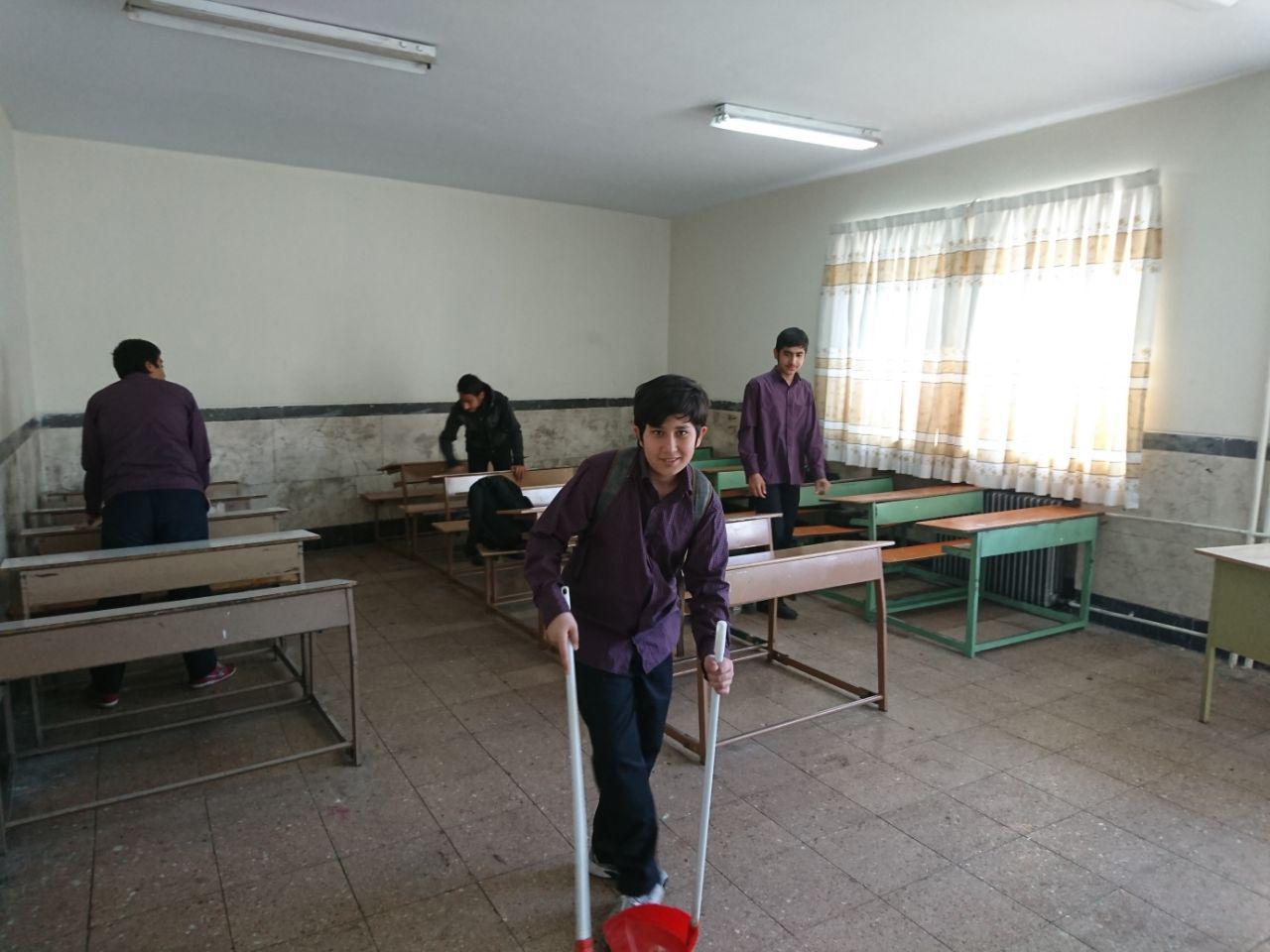 نظافت دبیرستان قبل از آغاز سال نو با همکاری دانش آموزان عزیز انجام شد.
