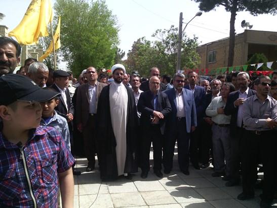 حضور امام جمعه شهر در مراسم تشیع جنازه شهید در شهر فلاورجان