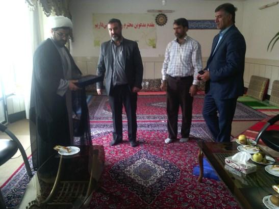 دیدار شهردار ایمانشهر با امام جمعه شهر قهدریجان و اهدای  هدیه ای به مناسبت روز جانباز به حاج آقا هاش