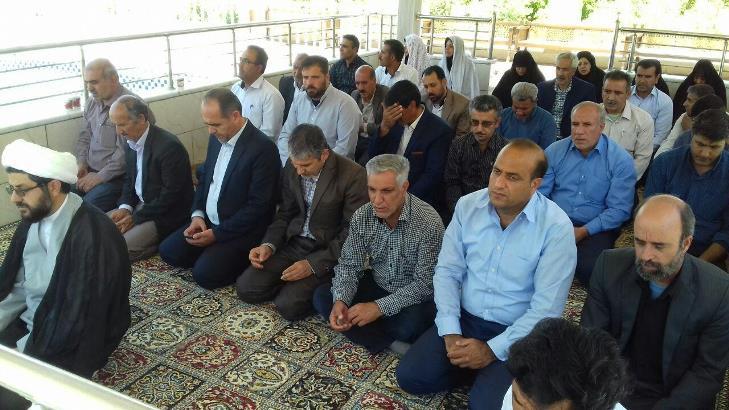 حضور امام جمعه شهر قهدریجان در همایش بزرگداشت مقام معلم و خواندن نماز جماعت و سخنرانی ایشان و همچنی