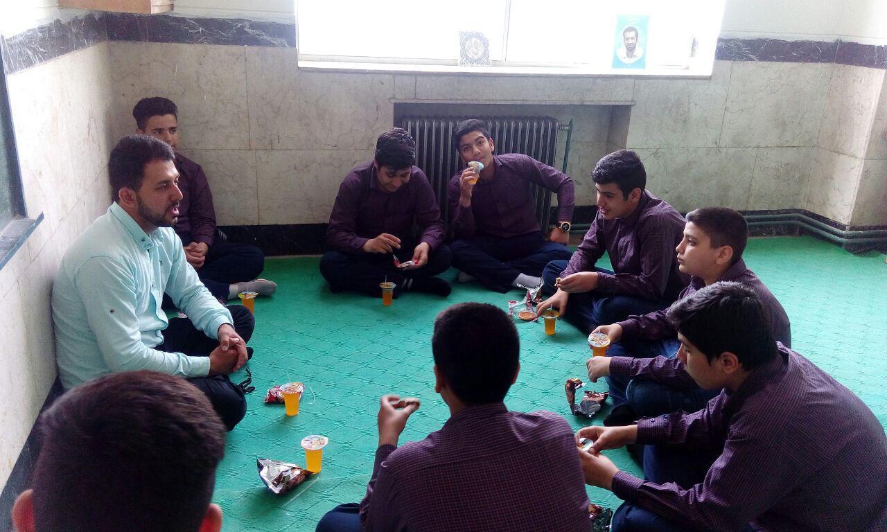 نشست صمیمی رییس بسیج دانش  آموزی ناحیه با دانش آموزان دبیرستان شهدای صنف گردبافان