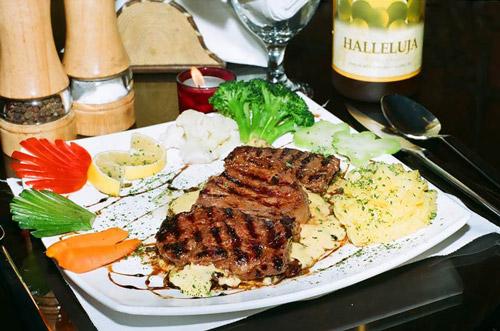 سرو غذاهای فرنگی در رستورانهای داخلی