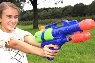 تفنگ ابی ترفندی برای کاهش خشونت بچه ها