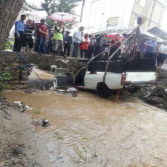 رانش زمین در یک روستا، سقوط 2 خودرو به رودخانه و اسکان 120 خانوار مسافر در لاهیجان
