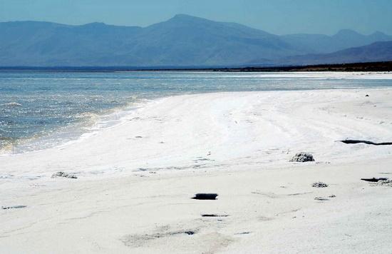 دریاچه ارومیه با مرگ دست و پنجه نرم میکند/ بیم و امیدهای احیای دریاچه