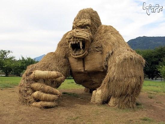 مجسمه های کاهی غول پیکر در فستیوال هنری ژاپن