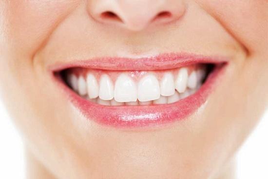 ۶ راه خانگی برای سفید کردن دندان ها