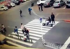 حادثه عجیب برای راکب موتور در وسط خیابان + فیلم