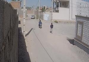 لحظه سرقت مسلحانه از عابر پیاده در ایرانشهر + فیلم