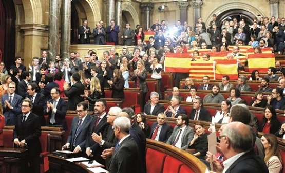 ایالت کاتالونیا رسما اعلام استقلال کرد / نخستوزیر اسپانیا کابینه و پارلمان کاتالونیا را منحل کرد