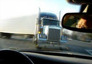 پرس شدن یک خودرو بین دو کامیون + فیلم