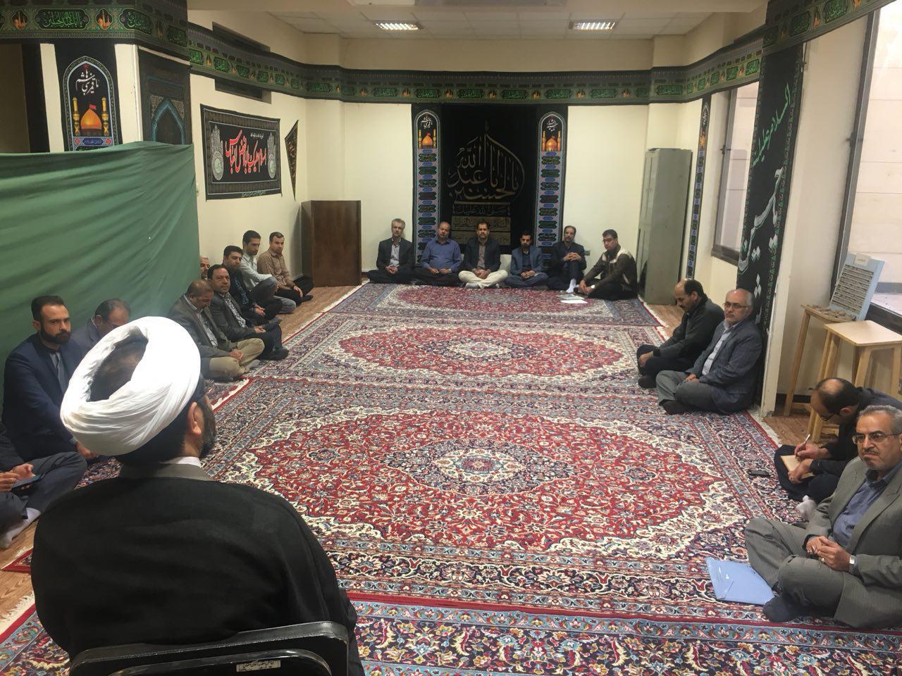 #جلسه برگزاری جلسه هفتگی کلاس تفسیر سوره حجرات توسط حجت الاسلام و المسلمین هاشمی در محل نمازخانه