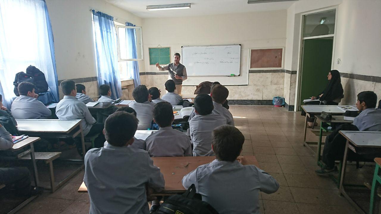 همکاران گروههای آموزشی در دبیرستان شهدای صنف گردبافان حضور یافتند.