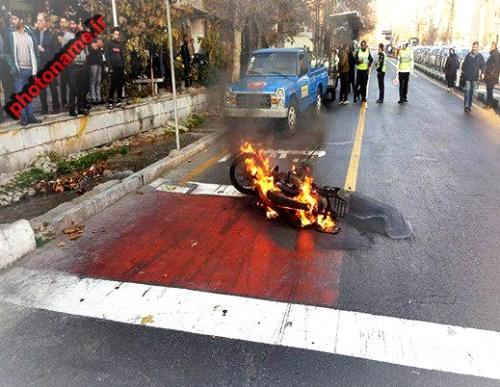 عکس اتش زدن موتور در خیابان ولیعصر