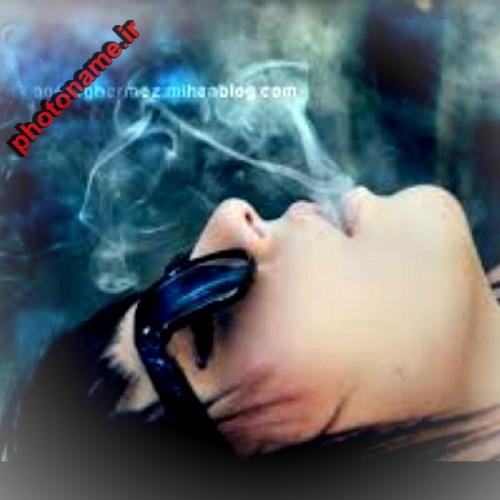 دختر سیگاری تنها