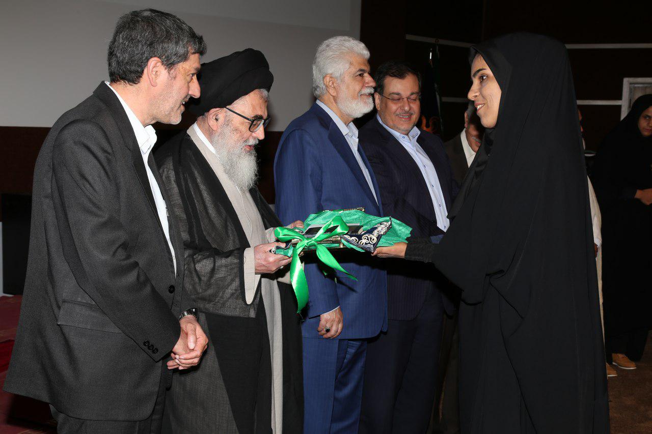 بانوی پاقلاتی و هدیه مقام معظم رهبری به رییس دانشگاه علوم پزشکی شیراز