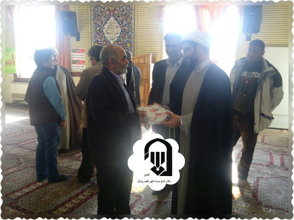 اهدای جایزه به برنده مسابقه خط حزب الله توسط امام جمعه محترم شهر قهدریجان در مصلی نماز جمعه