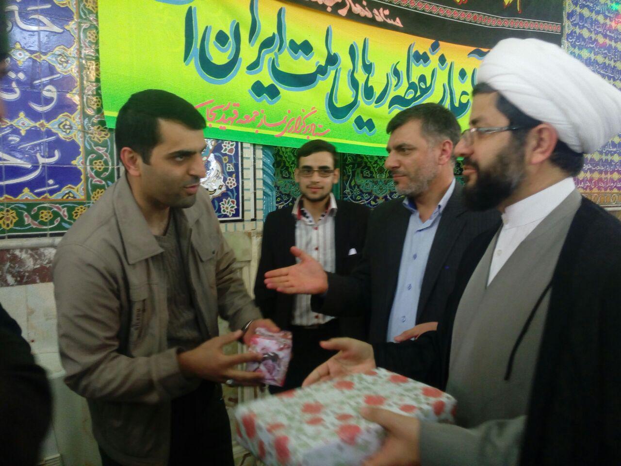 هدای جایزه به برنده های مسابقه خط حزب الله توسط امام جمعه محترم شهر قهدریجان در نماز جمعه این هفته