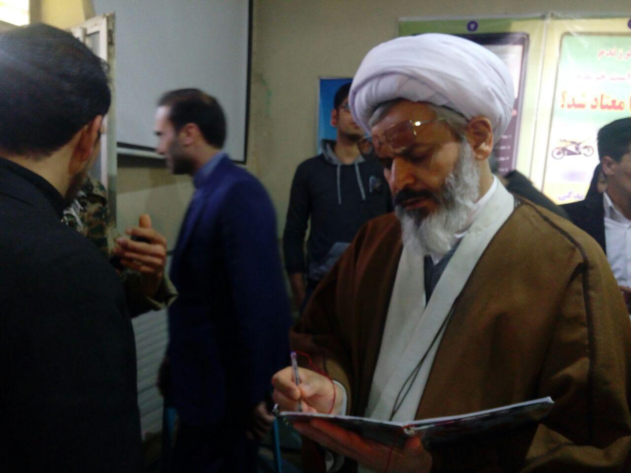 نوشتن یادگاری در دفتر نمایشگاه نه به اعتیاد توسط امام جمعه محترم شهر قهدریجان و فلاورجان