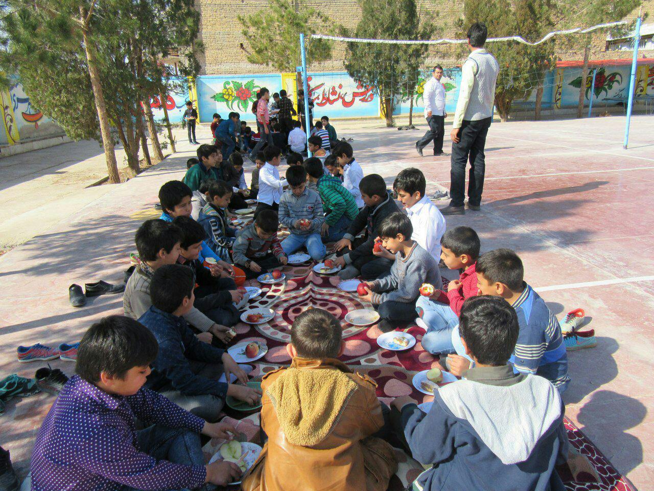 پذیرایی از دانش آموزان در روز بدون کیف