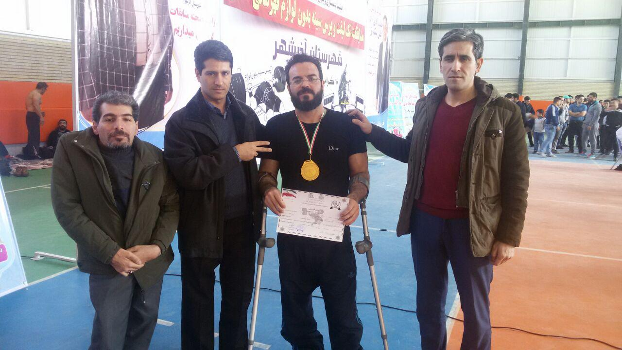 اعضای هیئت مدیره جامعه معلولین در کنار قهرمان