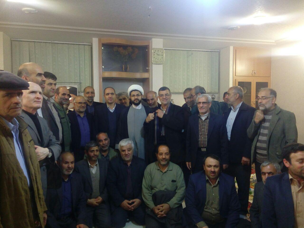 عکس یادگار جمعی از رزمندگان دوران دفاع مقدس با امام جمعه محترم شهر قهدریجان و مسئولین شهرستان