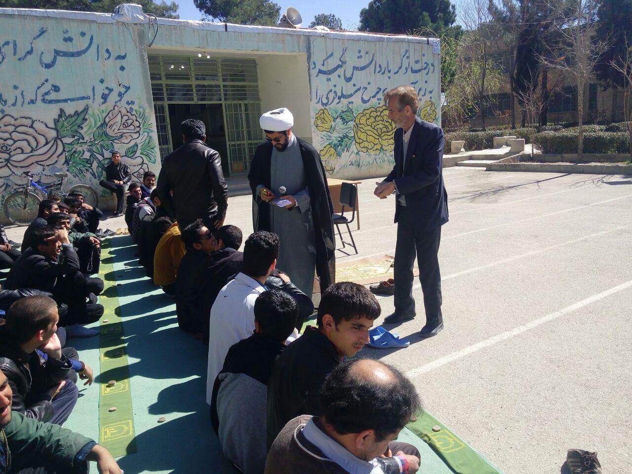 بازدید امام جمعه محترم شهر قهدریجان از مدرسه الغدیر و اقامه نماز جماعت و سخنرانی و اهدای جایزه و بر�