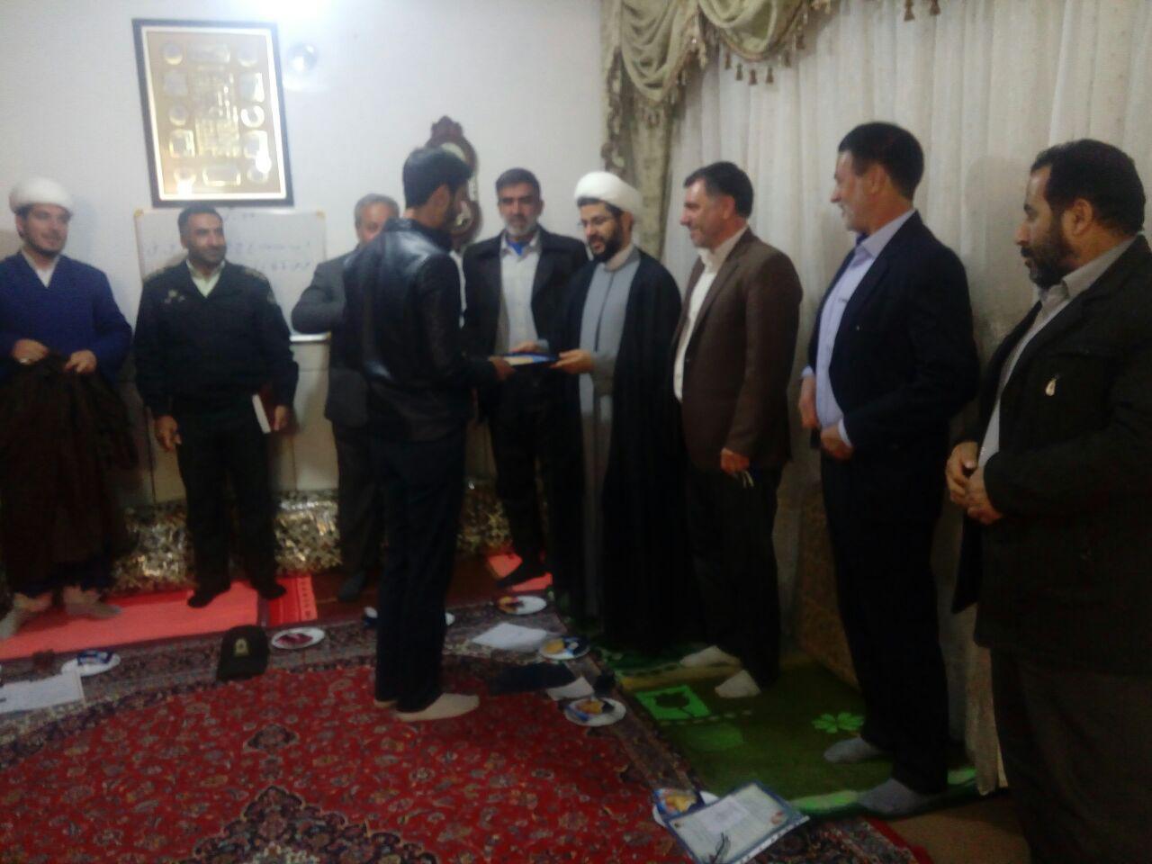 اهدای لوح تقدیر توسط گروه صابرین به امام جمعه محترم شهر قهدریجان در جلسه ستاد نماز جمعه