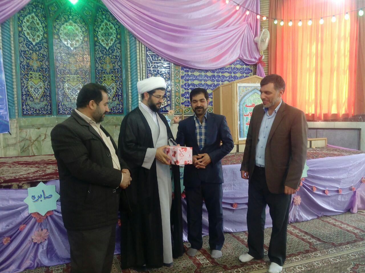 اهدای جایزه به علیرضا شیخی برنده این هفته خط حزب الله