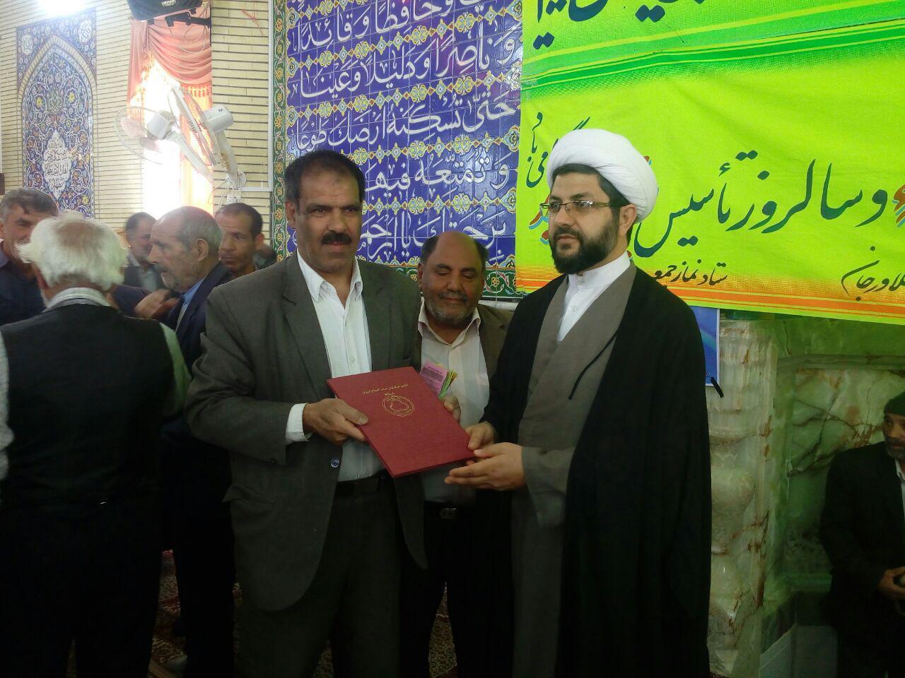 اهدای لوح تقدیر به امام جمعه محترم شهر قهدریجان توسط انجمن نیکوتین