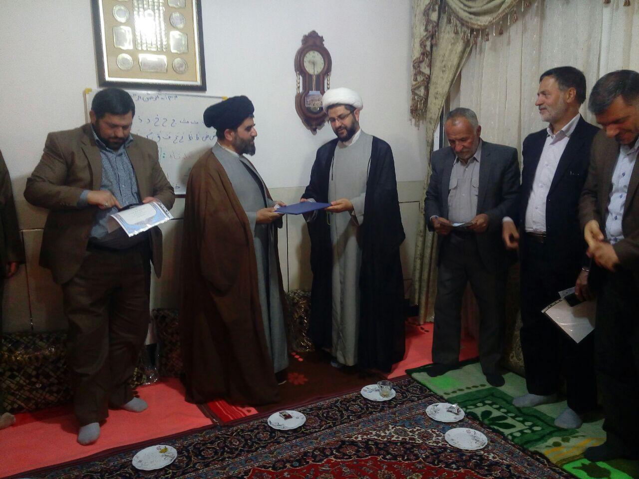 اهدای لوح تقدیر به حجت الاسلام موسوی لارگانی توسط امام جمعه محترم شهر قهدریجان به خاطر زحمات و تلاش