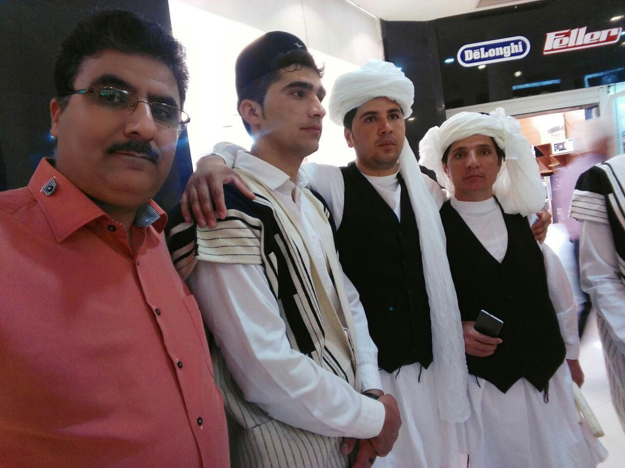 000000124 مدیر عامل شرکت بین امللی برنطین  کیش /  نوروز میرزاده / عکس یادگاری با دوستان لر زبان