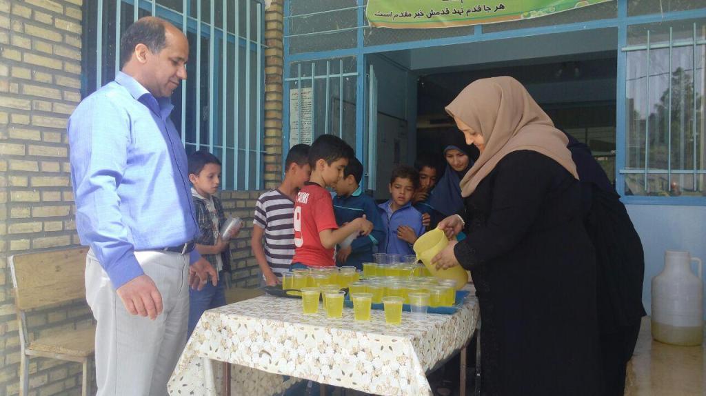 ايستگاه صلواتي توزيع شربت بين دانش آموزان دبستان شهيد آيت دوره اول