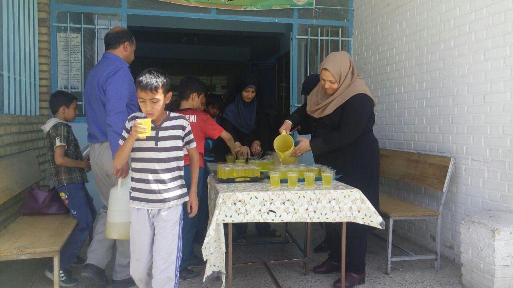 راه اندازی ایستگاه صلواتی توزیع شربت بین دانش آموزان به روایت تصویر