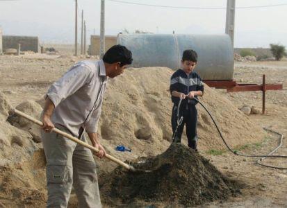 خادمی کوچکترین عضو گروه جهادی افسران ولایت در حرم مطهر امام رضا (ع) + فیلم