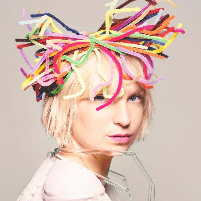 متن آهنگ Daisies از Sia