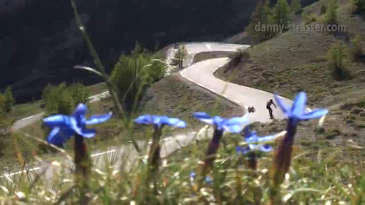 مسابقه دیوانه وار اسکیت بورد و رولرمن در جاده های کوهستانی