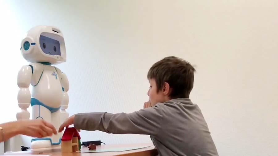 این ربات خوشحال به کودکان اوتیسم کمک میکند