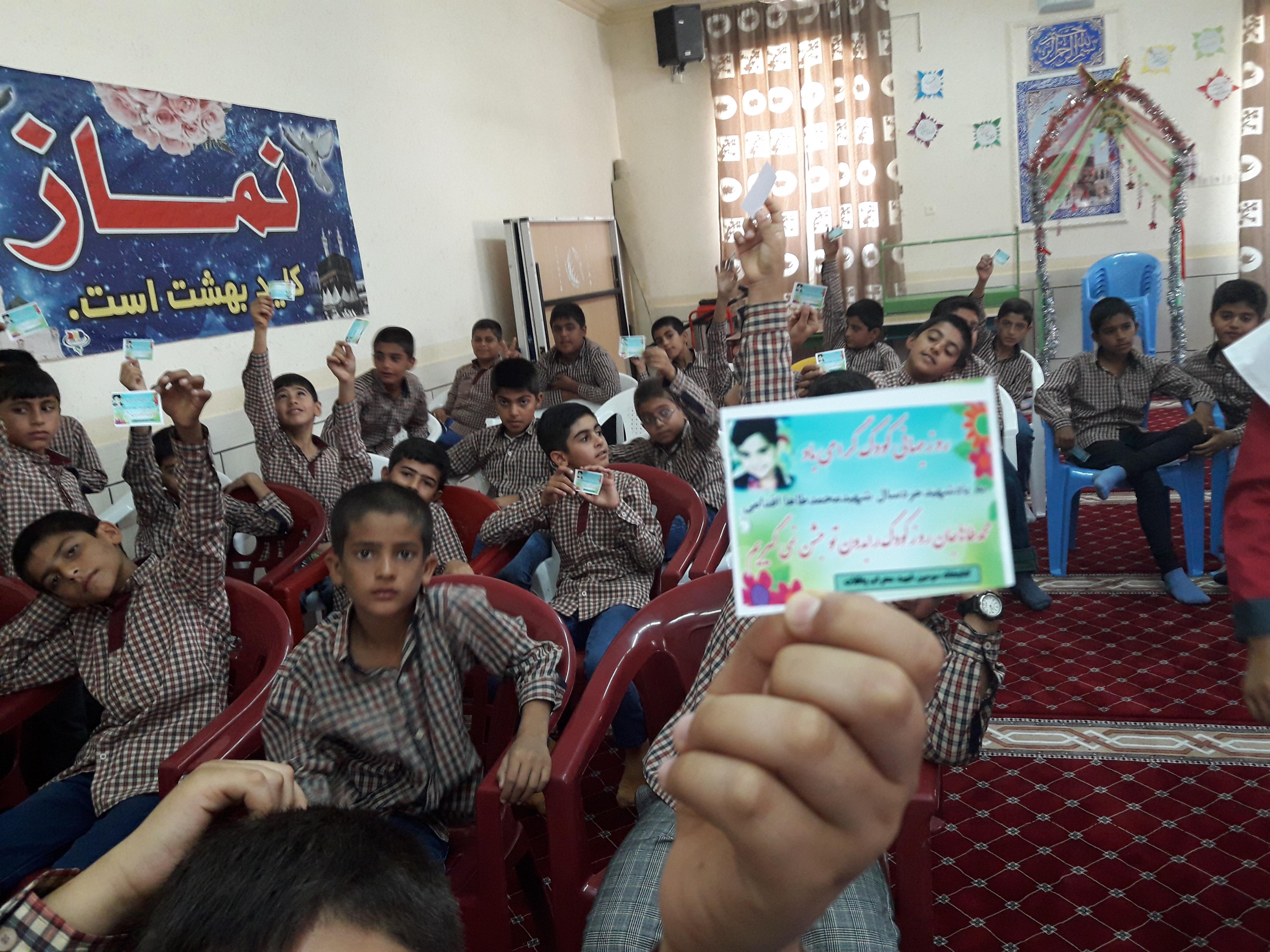 تقدیر از کودکان شرکت کننده در مسابقه نقاشی جشنواره رضوی به مناسبت روز جهانی کودک
