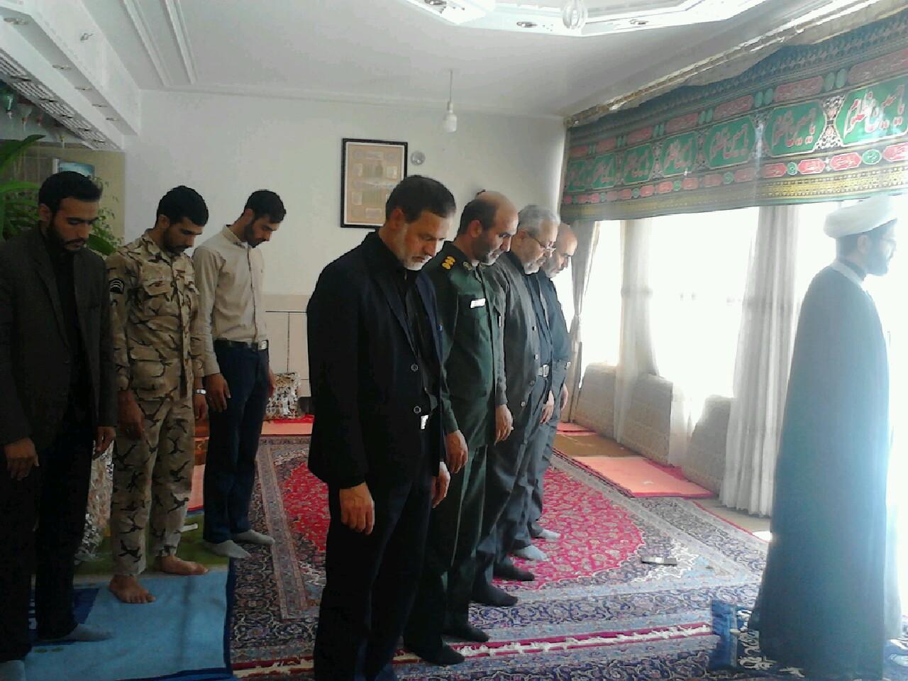 اقامه نماز جماعت ظهر در دفتر با جمعی از مسئولین کنگره شهدا شهر